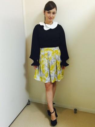 全身スタイル黄色スカートの平愛梨
