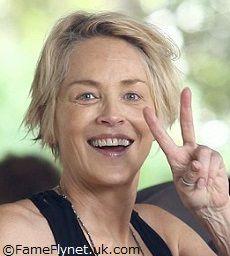 58歳のシャロン・ストーン、圧巻のビキニ姿を公開 スッピン&美ボディに反響