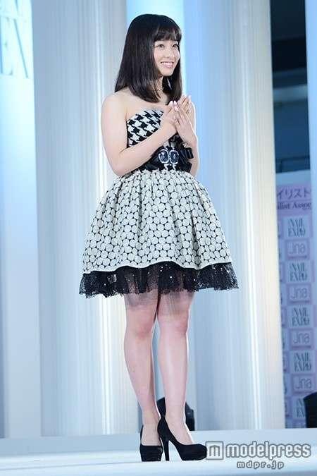 "HKT48指原莉乃の""猫耳""美脚ショットが話題に「細い!」「綺麗!」"
