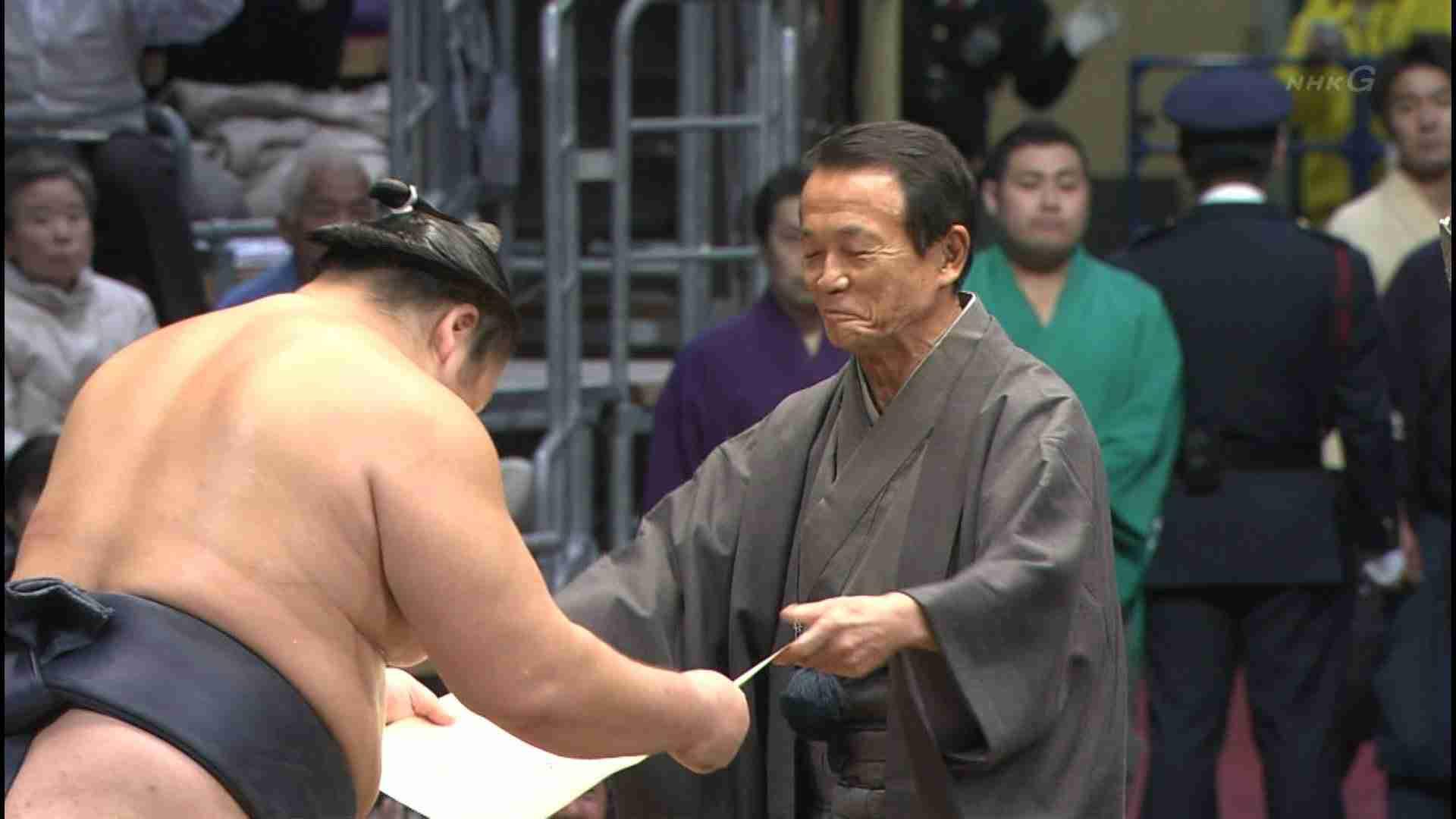 麻生太郎氏、会員制バー通い1670万円 黒ずくめで店へ