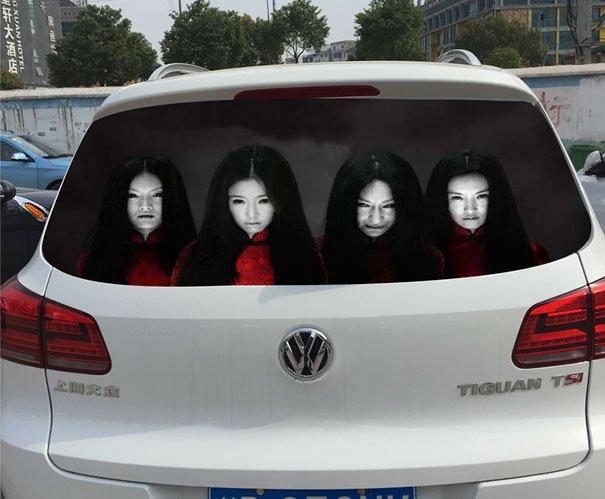 【恐怖!閲覧注意】中国で流行中の「車のリアウィンドウに貼るシール」がマジ怖い!事故るでコレ…