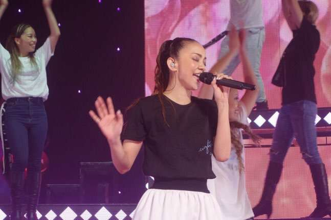 目を閉じて歌う安室奈美恵