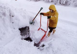 雪かき中に1歳女児が水路に転落、心肺停止 山梨・富士吉田市