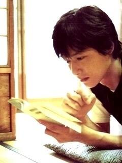 和室で本を読むかっこいい堺雅人