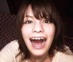 マギー、ロケではじける笑顔! モデルの先輩、RIKACOと一緒に
