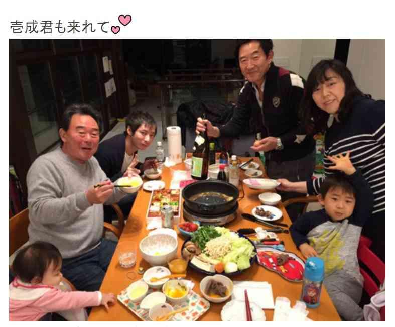これはステキな家族 東尾理子が投稿した新年の一家団らん写真にいしだ壱成