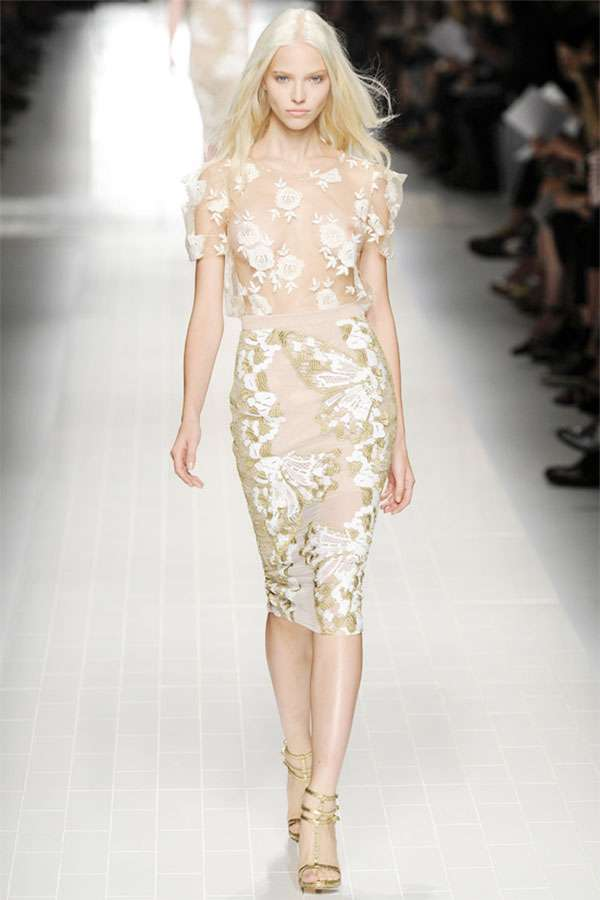 美白が際立つ白人女性のファッション写真