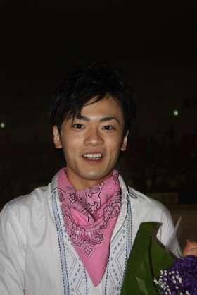 安藤美姫さん 3年連続で恋人、娘との3ショットで新年あいさつ