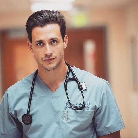 """""""世界一セクシーなイケメン看護師""""に女性たち大熱狂 「貴方のために病院に行く!」(スペイン)"""