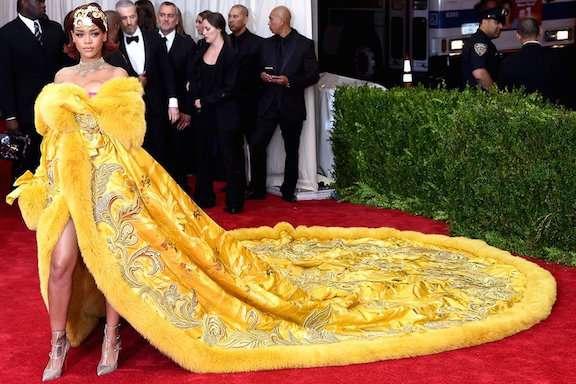 美バスト強調がトレンド!レディー・ガガ、リアーナ…「グラミー賞」ドレスファッションまとめ