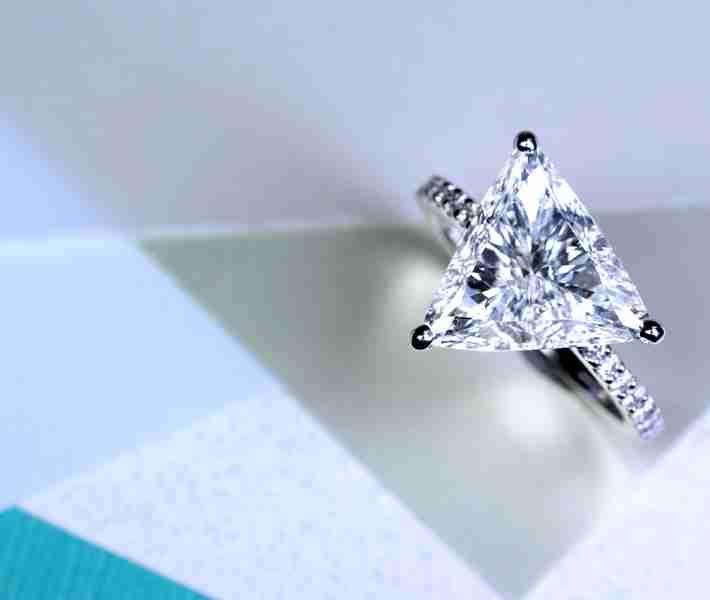 婚約指輪がファンシーシェイプだった人!