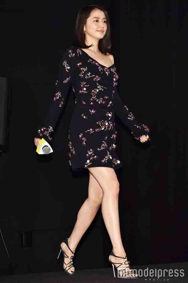 長澤まさみ「パンクでロック」なファッションで美脚見せ