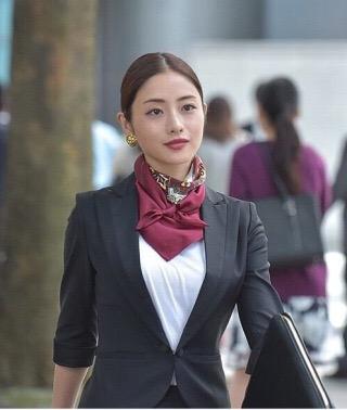 佐々木希、真紅のドレスで海外セレブリティと「アルマーニ」コレクション鑑賞