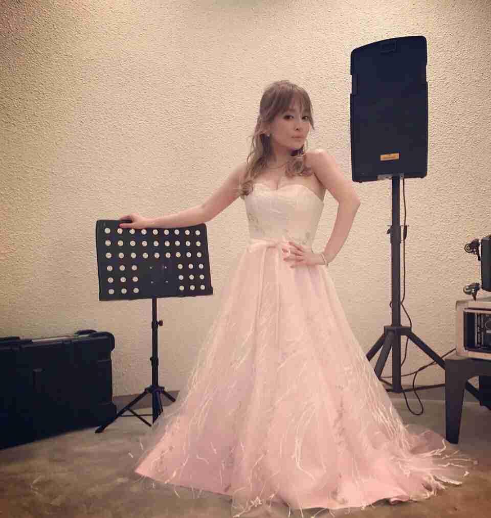 浜崎あゆみ、豊かな谷間強調の春色大人ドレス姿写真公開で「肌のぷるぷるなこと」「春の妖精かよっ」