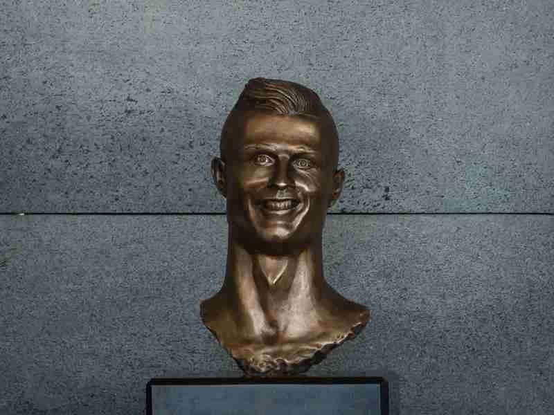 「クリスティアーノ・ロナウド空港」がついにオープン…新たに作られた銅像が「似てない」と話題に