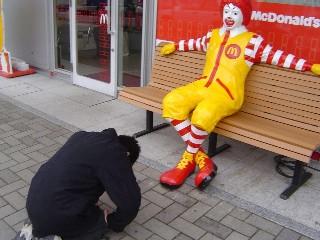 【知ってた?】マクドナルドの店頭にいるドナルドの顔は国による違いがある