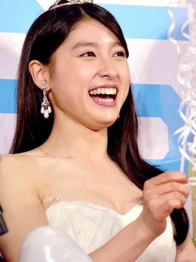 土屋太鳳は花かんむり、片寄涼太はタキシード 沖縄国際映画祭レッドカーペットで大歓声