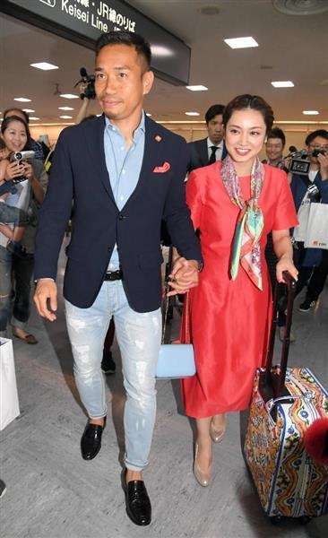 長友佑都&平愛梨が手つなぎ帰国 妻のサポート「素晴らしいです」
