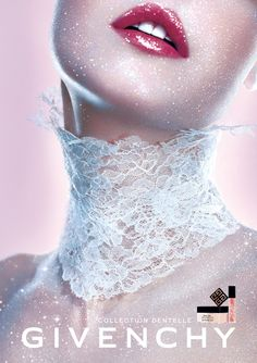 外資系化粧品のポスターを貼るトピ