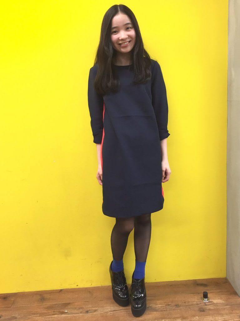 黒い服を着た福地桃子