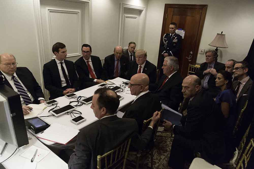 トランプ大統領、他国首相「押しのけ」非難殺到 ハリポタ作者「小さい男」