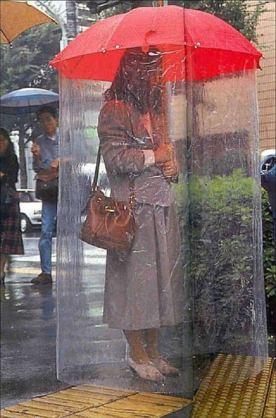 ハンズフリーなこの「傘」を笑っていられるのも、今のうちだ!「さす」から「背負う」時代へ