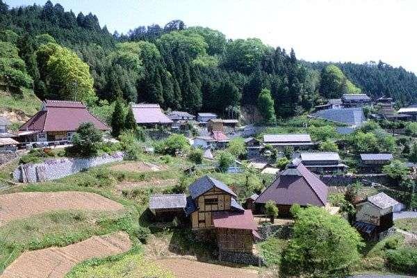 地元が保守的な方〜!