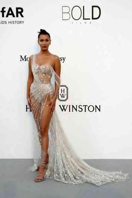 ベラ・ハディッド、美バスト&美脚あらわでセクシー過ぎる!透けドレスが再び話題