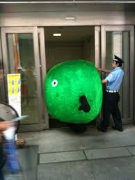 スーモのバルーン窃盗容疑で逮捕 「触ると癒やされる」