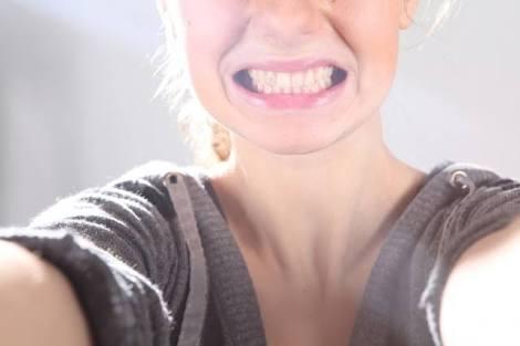 歯を見せて笑うのが苦手な人