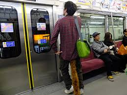 電車でドアのすぐ横に立っている乗客を絶対に許さない!! 邪魔なんですよ!!