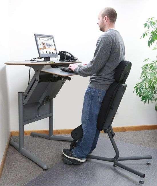 社内で座ったままのパソコン作業は禁止、アイリスオーヤマが「スタンディングテーブル」を導入