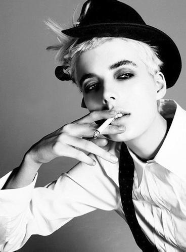 18歳リリー・ローズ・デップがインスタに投稿したタバコ写真が大炎上