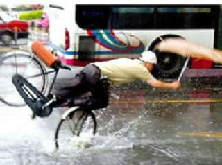 車のドライバー「子どもにアレ着せないで!」 危険な雨ガッパの柄とは