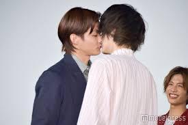 三浦翔平、新田真剣佑をバックハグでキス!?「女子がトロける妄想シーン」にファン悶絶