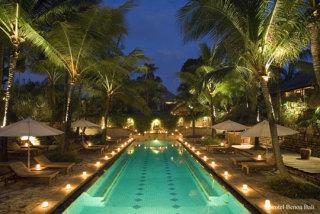 夜のプールは泳ぐより…女性に人気、ホテルや遊園地続々