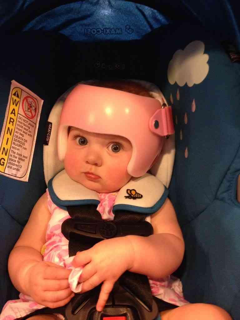 斜頭症の赤ちゃんと一緒にヘルメットをかぶる家族に11万いいね!