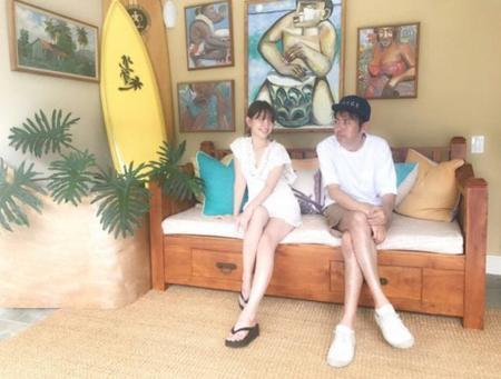 アンガールズ田中卓志&小嶋陽菜 ハワイでの美脚2ショットにファン釘付け