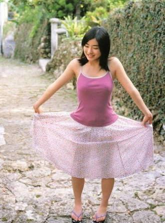橋本環奈、純白ワンピースをまとい天使のスマイル 輝く美脚も披露