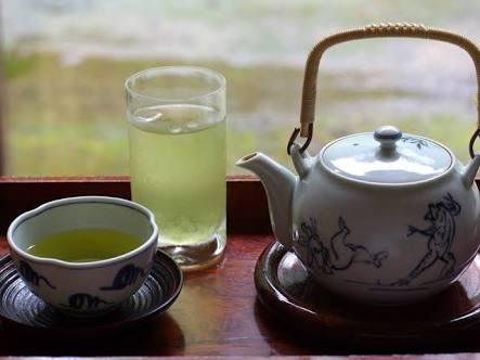 お茶を飲みながらお喋りするトピ