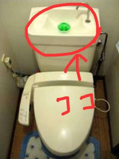 トイレで手を洗う人