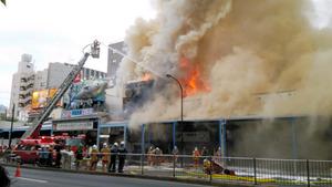 築地場外市場で火災 3階建ての建物から出火し燃え広がる