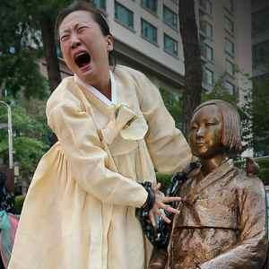 ソウル市内を走る「慰安婦バス」 乗客の誰も像に関心を示さず
