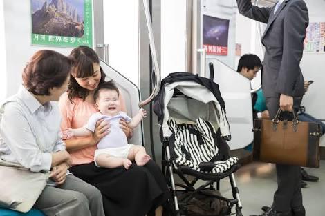 公共の乗り物で乳児が泣いたら