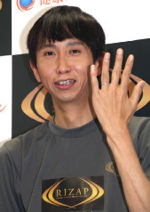 男性芸能人が結婚指輪をしている写真を貼るトピ