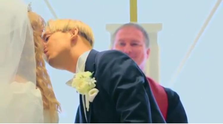 ぺこ&りゅうちぇる夫妻が挙式 ウェディングドレス姿を披露