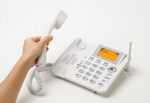 家の電話が鳴ったら誰が出ますか?