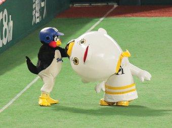 ヤクルトのつば九郎が話題の舞台降板騒動をネタに「どげざして」