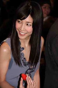 竹内結子、輝く美背中を披露 世界に1つのドレスまとい「うれしい」