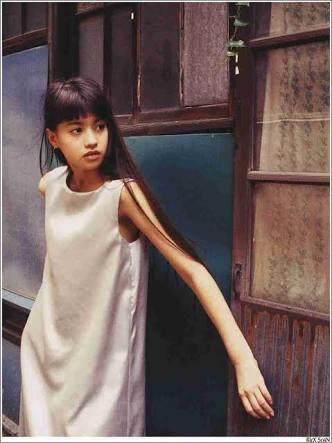 """「チビひな可愛い」 吉川ひなの、娘との """"親子ヨガショット""""でファンの心を温める"""